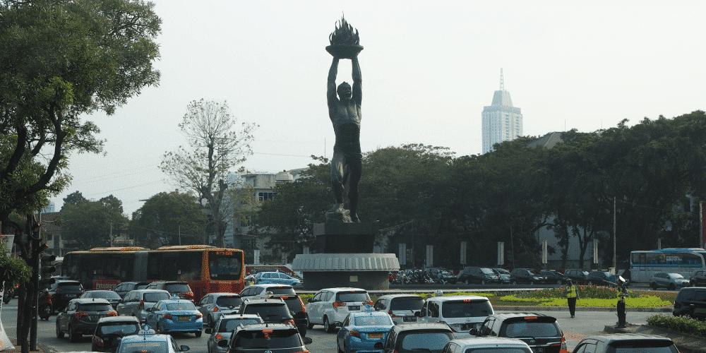 Sudirman通り南端の青年の像