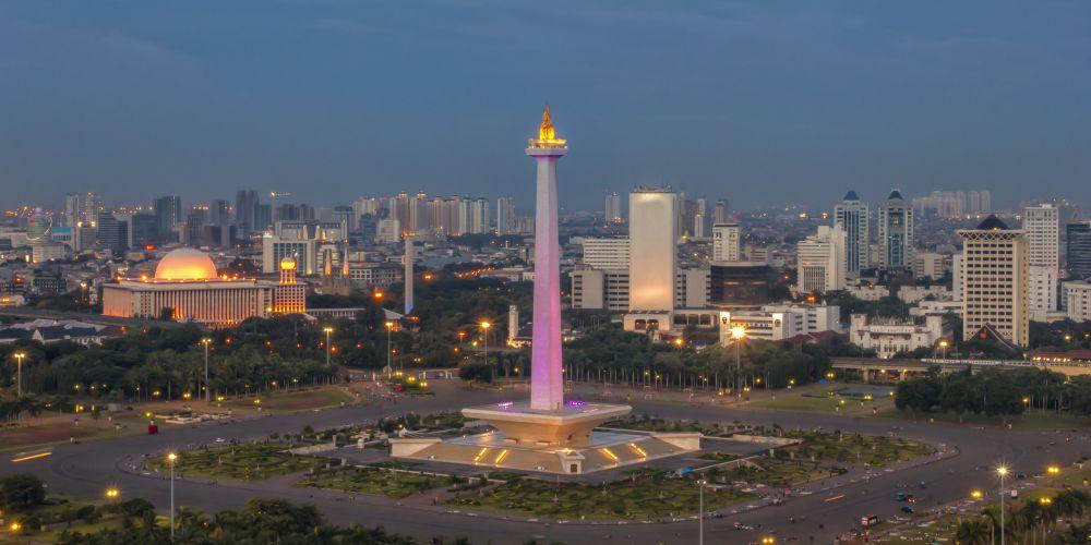 高さ137m、頂上の炎は14mの青銅製で35kgの純金メッキが使用されています。