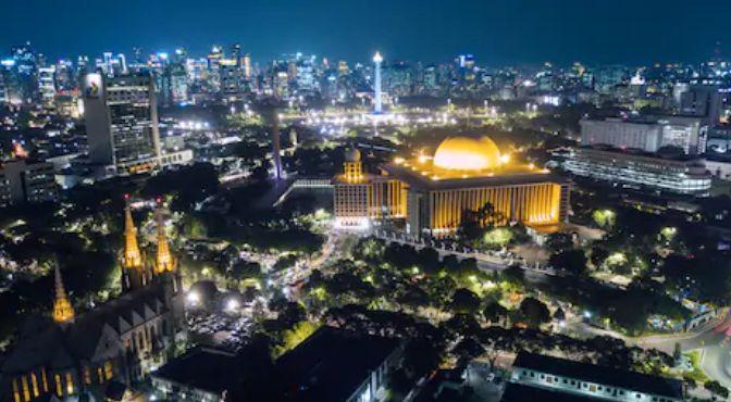 ジャカルタ大聖堂とイスティクラルモスクの後ろにMerdeka広場(独立広場)のモナスが見える。