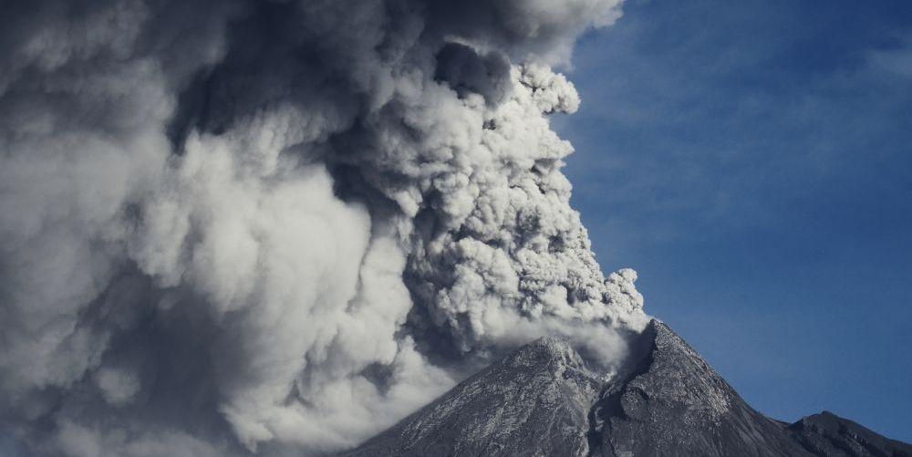 中部ジャワのボロブドゥール遺跡に近いムラピ火山 【火山列島インドネシア】