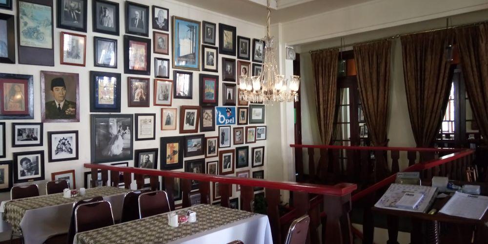 バタビアカフェ階段の踊り場の肖像画の前に幽霊の目撃情報多し。