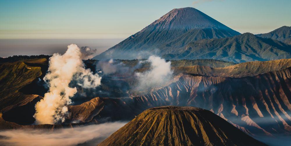 古代カルデラを覆う砂の海に浮かぶブロモ山【インドネシアを代表する観光地ブロモ・テンガー・スメル国立公園】