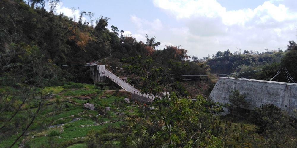 山中の急勾配の橋